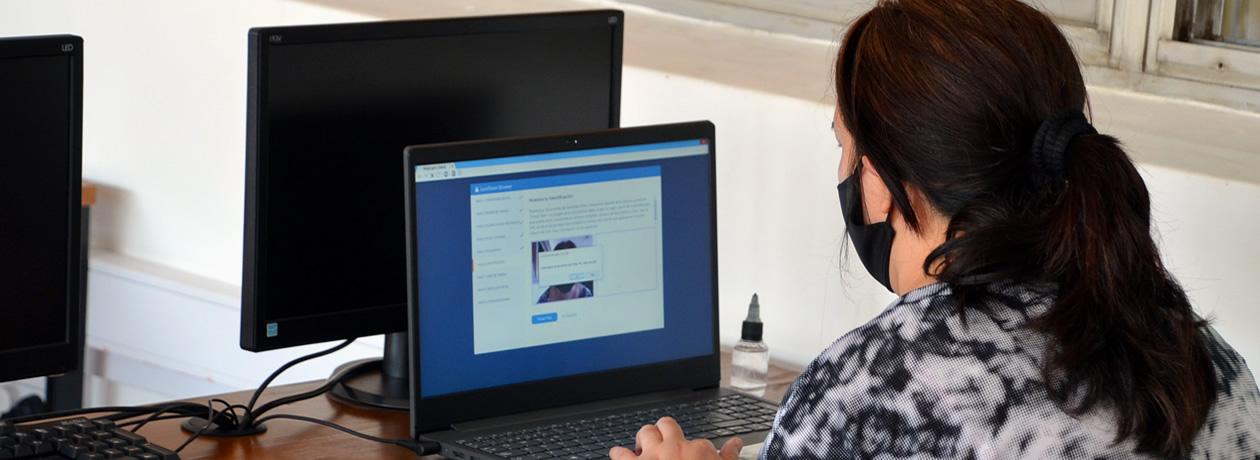 Una estudiantes frente a una computadora