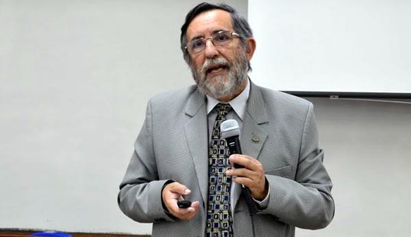 El exdecano Alfredo Félix Blanco disertando con un micrófono en la mano