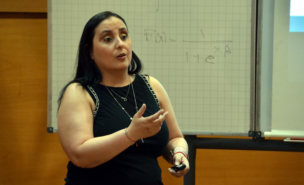Nathaly Ravinovich exponiendo durante su defensa de tesis doctoral