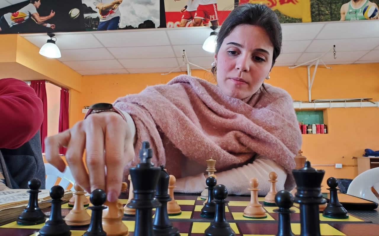 María Belén Herrador moviendo una pieza en un tablero de ajedrez