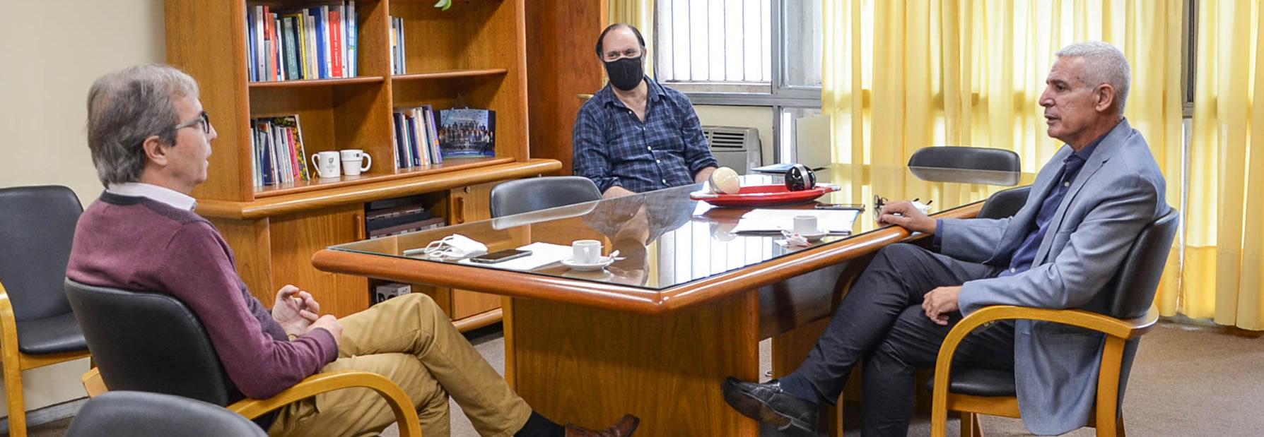 Boretto, Matta y Jaluf sentados y conversando