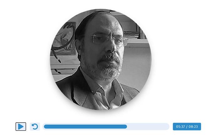 Andrés Matta y un reproductor de sonido
