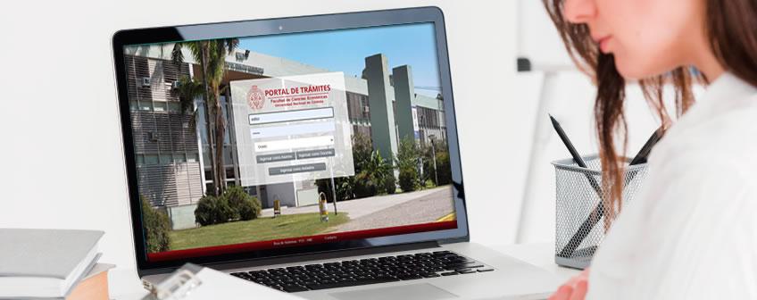 Una estudiante frente a una computadora navegando en el Portal de Trámites