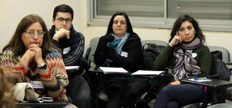 Imagen de cuatro alumnos de la Diplomatura en Recursos Humanos sentados en una clase