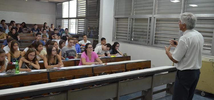 Imagen del profesor Enrique Neder dando clases frente a muchos estudiantes sentados