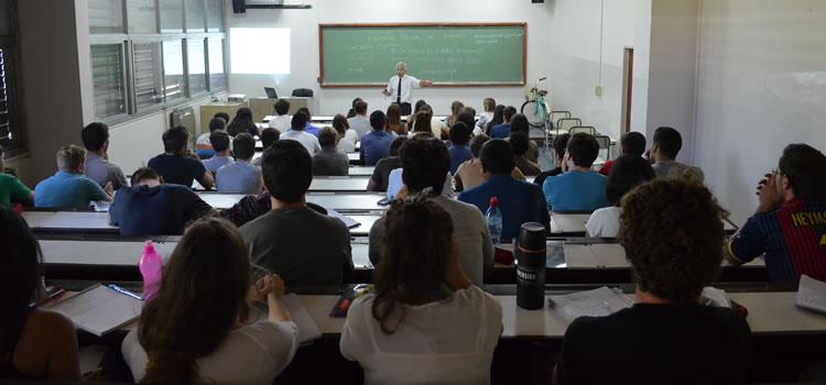 Imagen de una clase en un aula de la Facultad