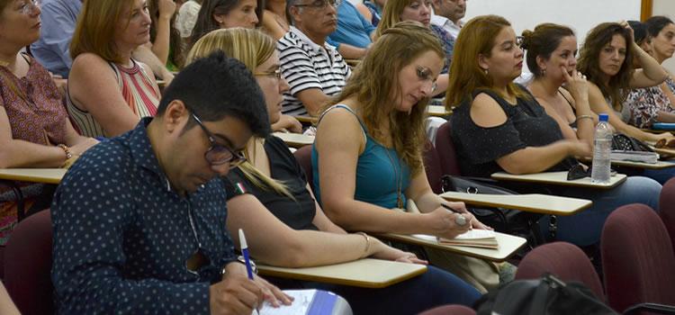 Una decena de docentes tomando notas sentados sobre pupitres