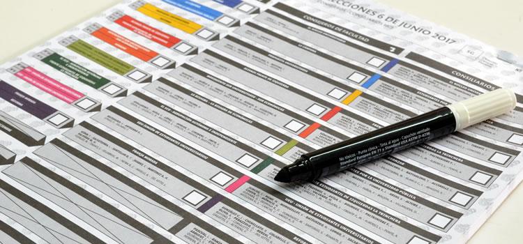 Una boleta única de votación con los cuadros en blanco sin completar, sobre una mesa, y hay un marcador de punta ancha sobre la boleta