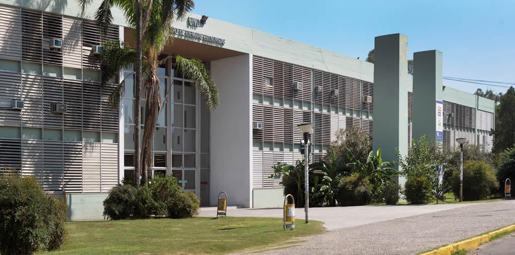 Frente del edificio de la Facultad en un día soleado
