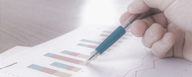 Una persona con una lapicera sobre un papel