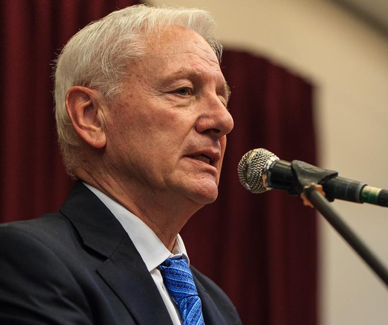 Imagen del Rector Hugo Juri hablando frente a un micrófono