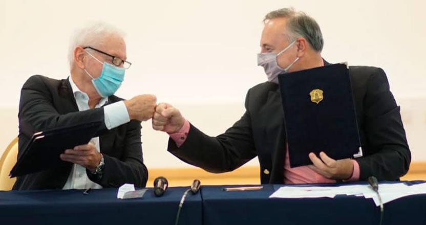 Hugo Juri y Horacio Acastello, sentados y golpeando sus puños saludándose