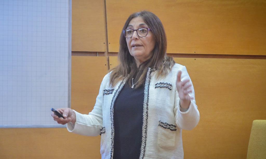 Imagen de Inés Asís exponiendo su tesis doctoral