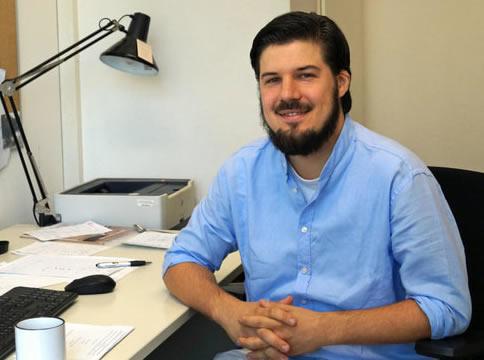 Guido Neidhoefer sentado junto a un escritorio