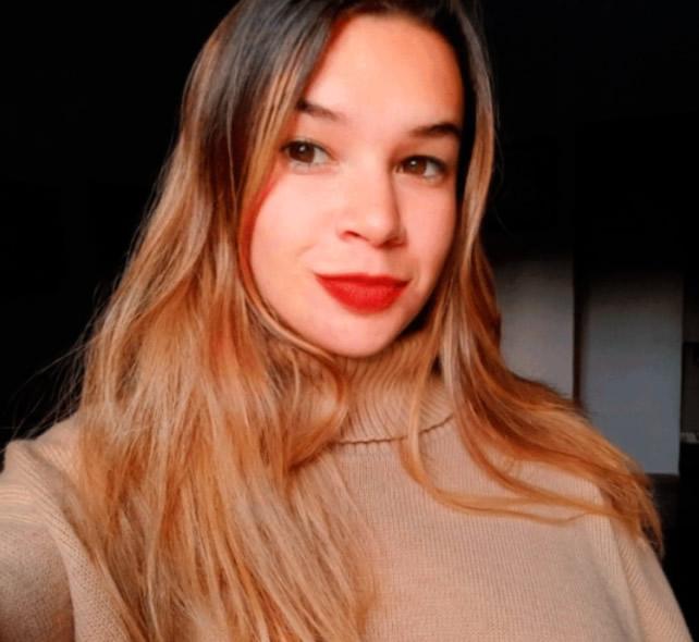 Josefina Tiepermann Recalde con sus labios pintados y vistiendo un pulover con cuello alto